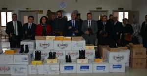 Belediye öğrencilere kışlık malzeme dağıttı