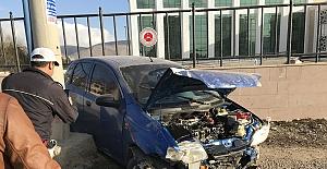 Trafik kazasında anne ve çocuğu yaralandı
