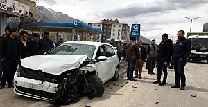 Panelvan minibüsle otomobil çarpıştı: 3 yaralı