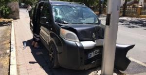 Aydınlatma direğine çarpan araçtaki 4 kişi yaralandı