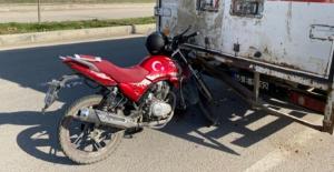 Kamyonete arkadan çarpan motosiklet sürücüsü yaralandı