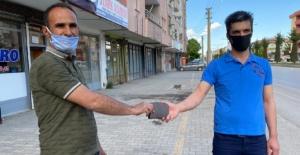 Elbistan'da yolda bulduğu para dolu cüzdanı, sahibine teslim etti