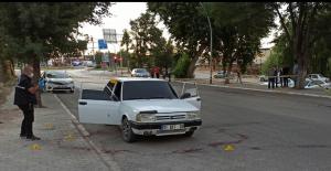 Elbistan'da otomobil kurşunlandı: 2 yaralı
