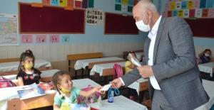 Başkan Ahmet Tıraş, minik öğrencilere maske dağıttı