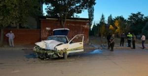 Elbistan'da tekeri patlayan otomobil duvara çarptı: 2 yaralı