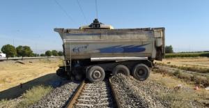 Yük treni kamyona çarptı: 1 ölü 1 yaralı