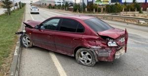 Elbistan'da direksiyon hakimiyetini kaybeden sürücü refüje çarptı