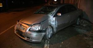 Elbistan'da otomobil duvara çarptı: 2 kişi yaralandı