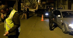 Dur ihtarına karşı otomobili polis ekiplerinin üzerine sürdü