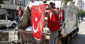 Temizlik İşçisi Çöpte Türk Bayrağı Buldu, Öpüp Cebine Koydu