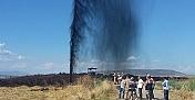 Kepçenin çarptığı boru hattından petrol fışkırıyor