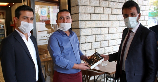 Elbistan'da vatandaşlara 'Nutuk' dağıtıldı