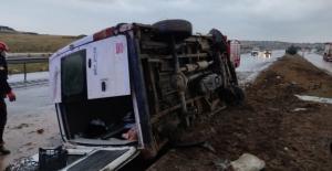 Refüje çarpan minibüs yan yattı: 6 yaralı