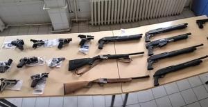Polis tarafından yapılan aramalarda 63 silah ele geçirildi